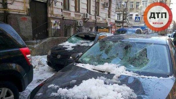 Глыба льда разбила два авто