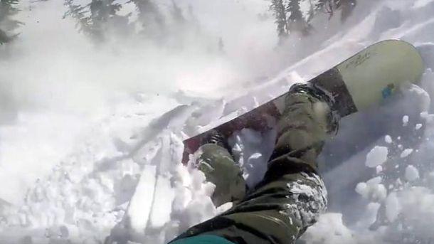 Сноубордист зняв на камеру, як його накрила лавина: екстремальне відео
