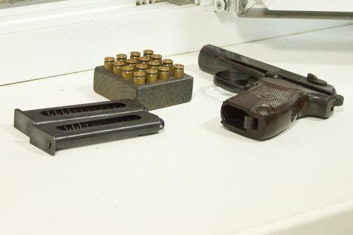 Біля тіла знайшли пістолет