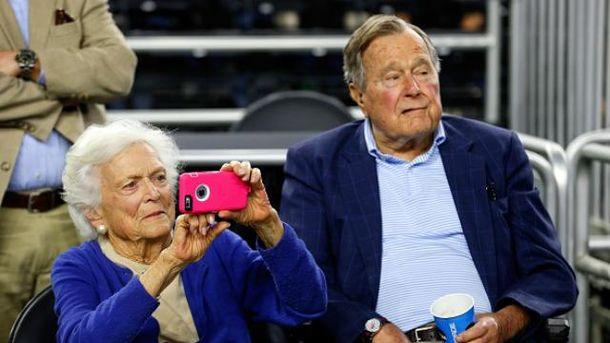 Джордж Буш-старший вместе с женой Барбарой попали в больницу