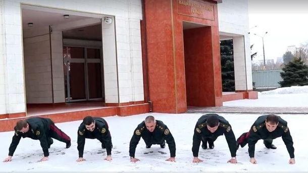 Генерали одночасно 22 рази виконали спортивні вправи