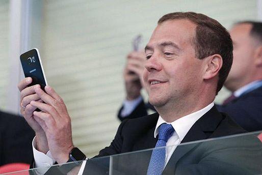 Премьер-министр России Дмитрий Медведев со смартфоном
