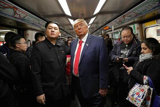 Как Трамп и Ким Чен Ын встретились в метро: фото дня