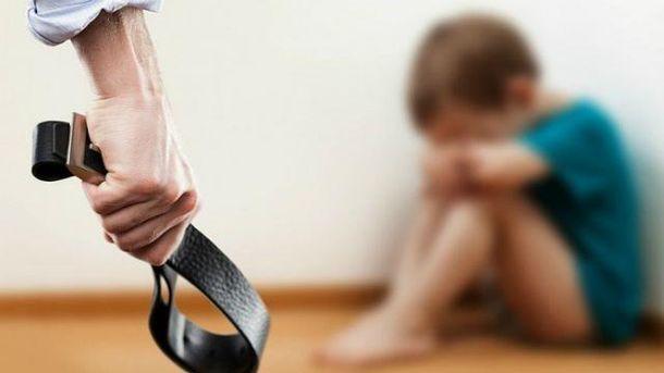 Хлопець викликав поліцію, бо тато бив маму