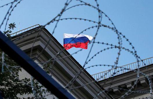 Прапор Росії за колючим дротом