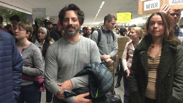 Сергей Брин тоже пришел на акцию против антимигрантского закона