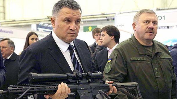 Арсен Аваков с винтовкой