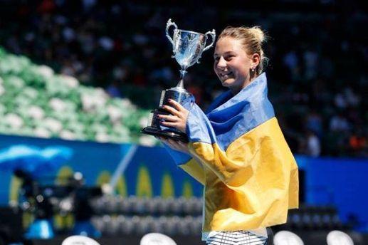 Украинская теннисистка Марта Костюк с кубком на Australian Open