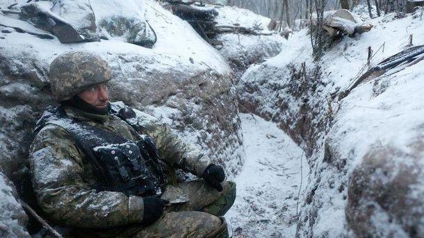 Украинский военный в окопе