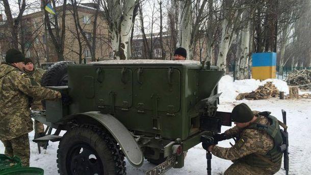 Украинские военные помогают жителям Авдеевки