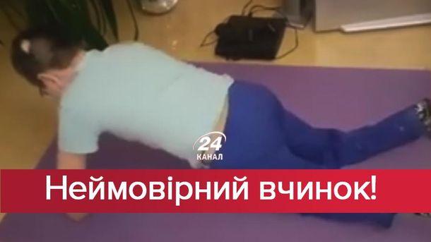 Мальчик с ампутированными конечностями отжимается
