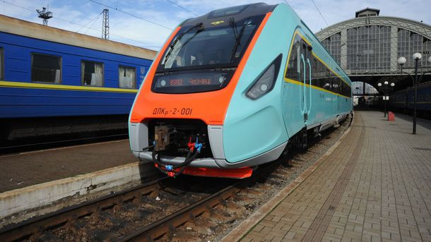 Потяг на залізничному вокзалі у Львові