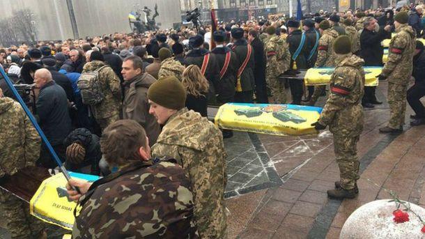 На Майдане попрощались с бойцами, которые погибли в Авдеевке