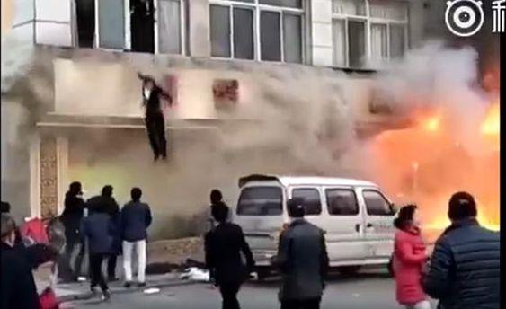 В пожаре в китайском спа-салоне сгорели люди