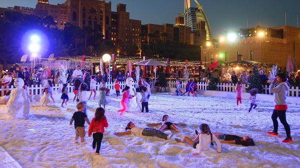 Зазвичай населення ОАЕ бачить лише штучний сніг