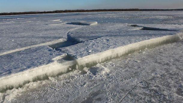 Днепр покрывается льдом