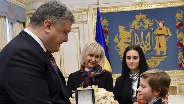 Порошенко встретился с родными Романа Сущенко