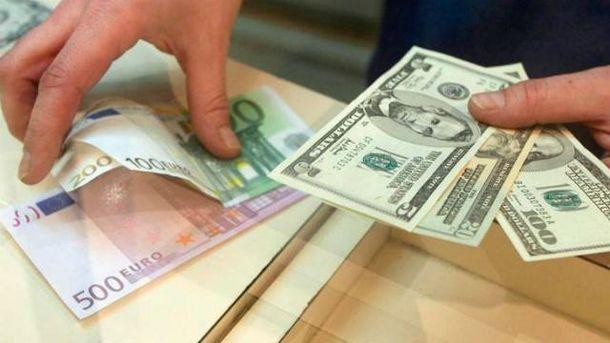 Долар і євро синхронно дешевшають