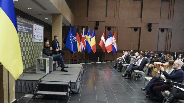 Арсений Яценюк во время Пятого Киевского форума для молодежи