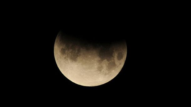 Люди смогут увидеть лунное затмение икомету водин день