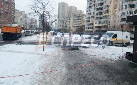 Мужчина погиб из-за падения электроопоры в Киеве