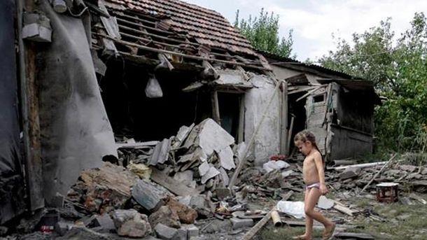 Уничтоженный дом после обстрела на Донабассе