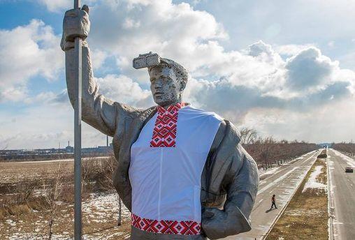 Пам'ятник у Маріуполі одягнули у вишиванку