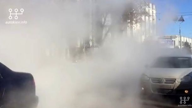 В Киеве прорвало трубу с горячей водой