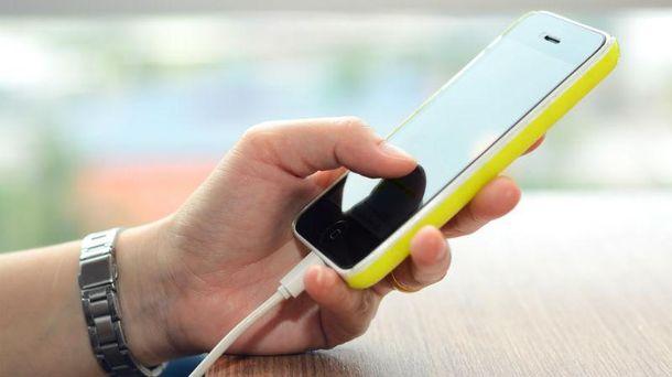 Заряджати телефон у публічному місці - небезпечно