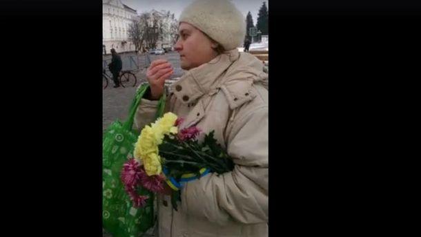 Женщина забрала цветы, которые принесли для погибших бойцов