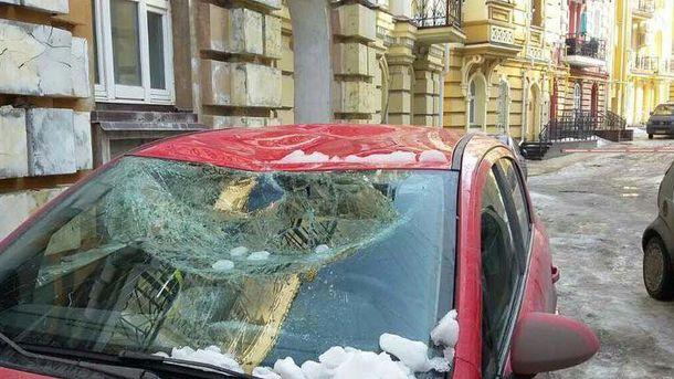 Авто пострадало из-за обвала снега с крыши дома