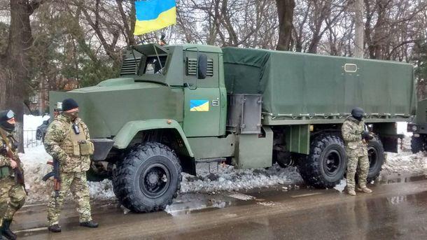 Військові біля вантажівки