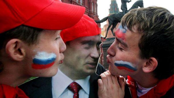Росіяни цілують портрет Володимира Путіна