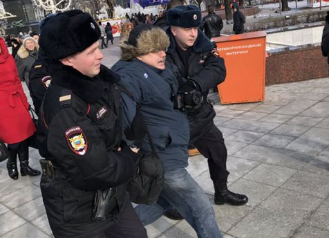 Задержали мужчину, который плюнул на фото Немцова