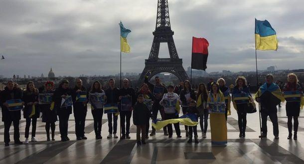 Активисты возле  Эйфелевой башни