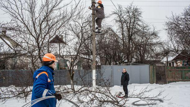 Несмотря на обстрелы, ремонтники сделали все, чтобы в Авдеевке было светло