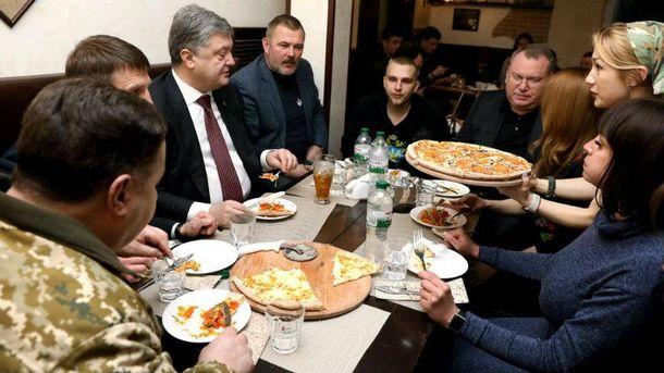 Петр Порошенко в пиццерии