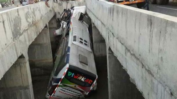В Индии автобус упал с моста