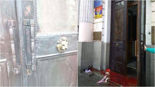 Понівечені двері