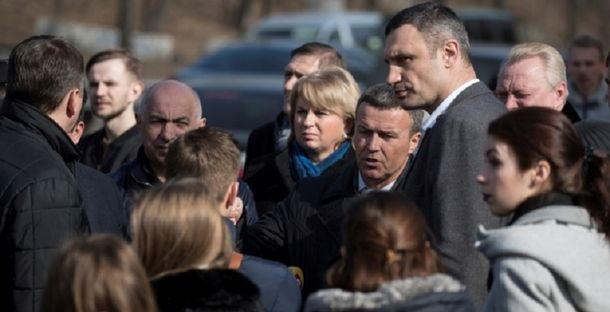 Виталий Кличко во время объезда основных магистралей