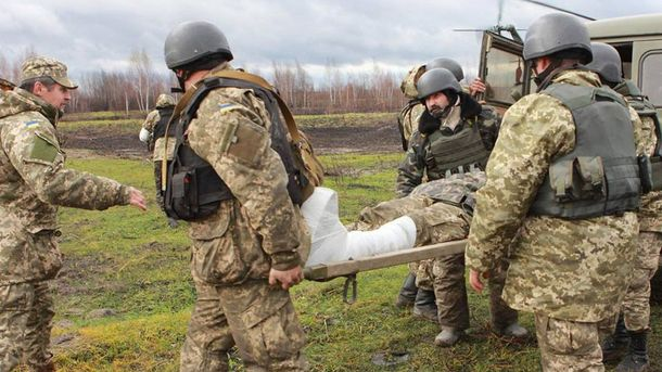Военные несут раненого