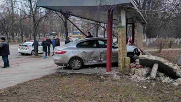 Авто врезалось в остановку общественного транспорта в Киеве