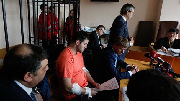 Роман Насиров рядом со своими адвокатами