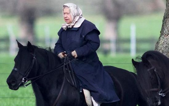 Елизавета II умело катается на пони