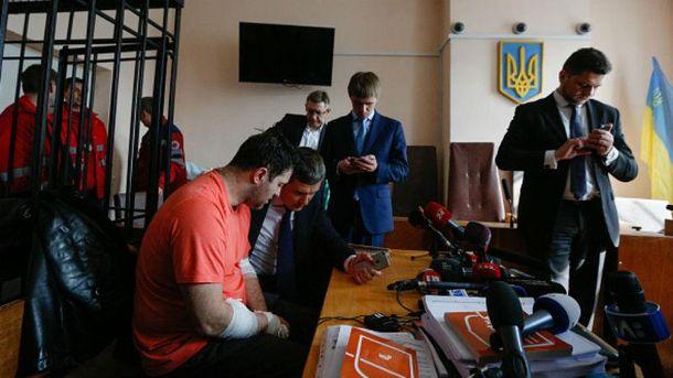 Насиров с адвокатами в суде