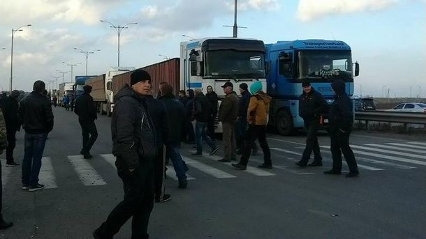 Протест водіїв вантажівок на міжнародній трасі