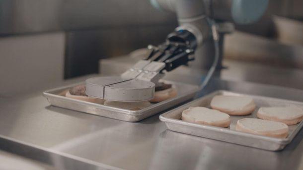 Робот готовит бургер