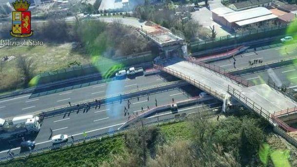 Міст обвалився в Італії