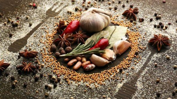 Замінити соуси та приправи натуральними спеціями