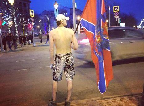 Мужчина ходит в Москве с флагом
